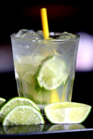 A traditional Brazilian caipirinha